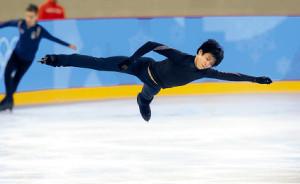 公式練習でキレのある滑りを見せる羽生(カメラ・酒井 悠一)