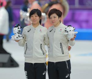 表彰後、並んで笑顔を見せる高木美帆(左)と小平奈緒(カメラ・酒井 悠一)