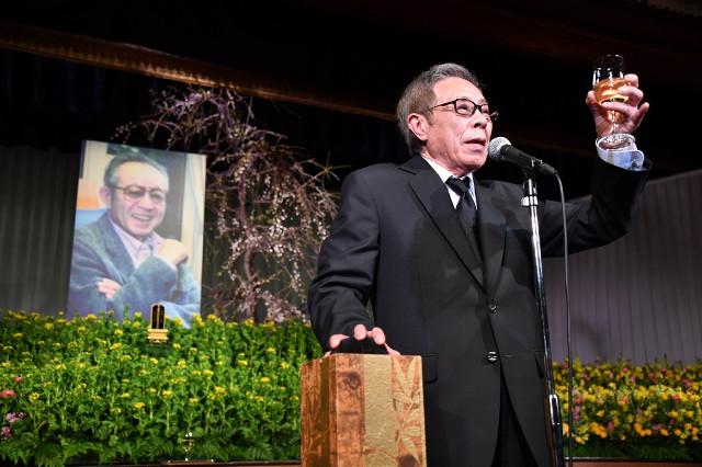 船村徹さん一周忌の祭壇で献杯する北島三郎