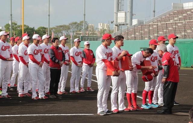 沖縄キャンプ歓迎式であいさつする広島の選手たち