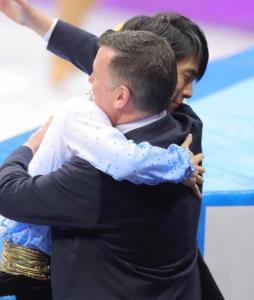 男子SPで演技後、ブライアン・オーサーコーチ(右)と抱き合う羽生結弦