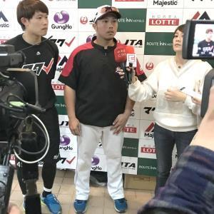 ロッテと正式契約を結んだ李杜軒はラミゴ戦の取材に来ていた台湾メディアの取材を受けた(左はチェン)