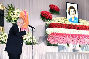 野村沙知代さんお別れ会で、祭壇の前で参列者にあいさつする野村克也氏