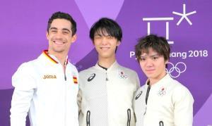 試合後の記者会見で並んだ上位3人(左から)2位・フェルナンデス、1位・羽生、3位・宇野(カメラ・酒井 悠一)