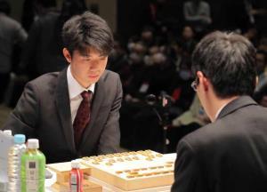 決勝戦で初手を打つ藤井聡太(左)と広瀬八段