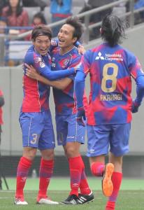 前半5分、先制ゴールを決めたF東京・前田(左は東、右は高萩)