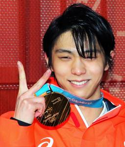 金メダルを掲げ、2連覇ポーズの羽生(カメラ・酒井 悠一)