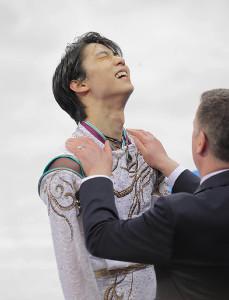 フリーの演技を終え、ブライアン・オーサーコーチに迎えられる羽生結弦(カメラ・相川 和寛)