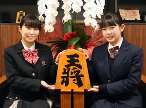 昇級を決めた直後に喜びの女子トークを展開してくれた武富礼衣女流2級(左)と小高佐季子女流2級