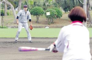 ソフトボール元女子日本代表監督・宇津木氏(手前)のノックを受ける坂本勇(カメラ・関口 俊明)