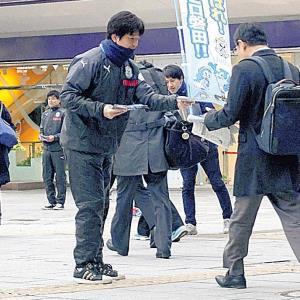 JR浜松駅でチラシを配布する名波監督