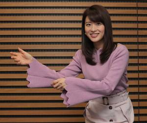 インタビューに応じる郡司恭子アナ