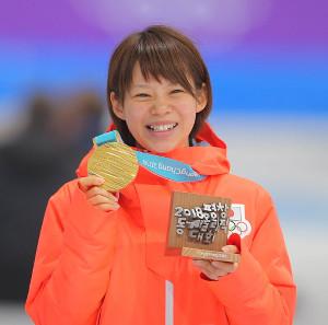 金メダルを獲得した高木菜那は笑顔を見せる