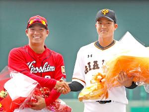 試合前の花束贈呈で兄の広島・田中広輔(左)と並んだ巨人・田中俊太(カメラ・矢口 亨)