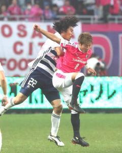 激しく競り合う横浜M・中沢(左)とC大阪・柿谷(カメラ・義村 治子)