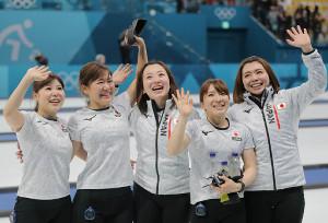 銅メダルを獲得し、スタンドに手を振る(左から)吉田夕梨花、吉田知那美、藤沢五月、鈴木夕湖、本橋麻里