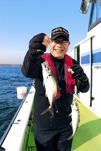 大型の金アジを釣り上げ、マウンドではあり得なかった笑顔を見せた川崎憲次郎さん(カメラ・越川 亘)