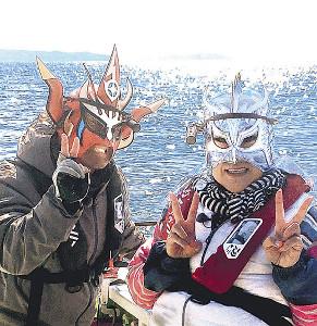 獣神サンダーライガー(左)と並んで邦ちゃん(右)も覆面レスラーに変身?