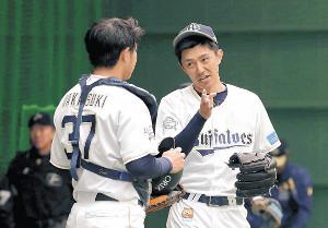 キャンプでの投球練習後、若月と話す増井(右)