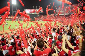 昨年、満員のマツダスタジアムでジェット風船をあげる広島ファン