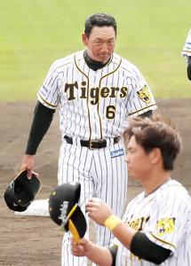 梅野選手会長(手前)のかけ声で一本締めしキャンプを打ち上げた金本監督は、充実した表情で引き揚げる
