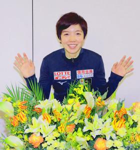 世界スプリント出発前に、笑顔で写真撮影に応じた小平(カメラ・佐々木 清勝)