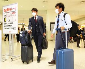 侍ジャパンに合流するため、那覇空港から名古屋に移動した小林(左)と田口