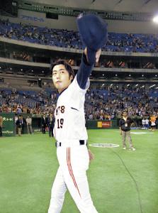 08年10月、東京ドームで勝利を挙げた上原は、ファンの声援に手を振って応えた