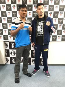 当日計量をクリアした岩佐亮佑とエルネスト・サウロン(左)