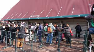 チケット販売の窓口に並ぶカープファン