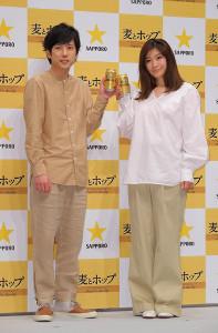 サッポロビール「サッポロ 麦とホップ」新CMに出演する二宮和也(左)と篠原涼子