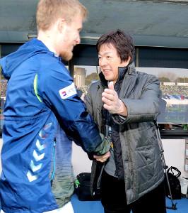 長崎イレブンをピッチに送り出す高田明社長(左はベン・ハロラン)