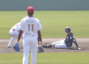 1回1死、中前への安打で俊足をとばし、二塁打とした藤岡裕(左手前は岸)