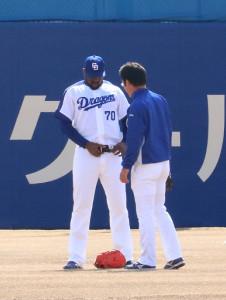 急きょ藤田チーフトレーナーのベルトを借りたガルシア(左、右は加藤通訳)