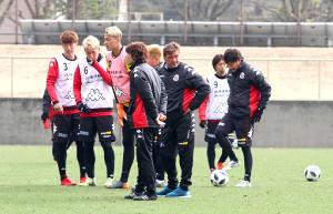 選手を集めても厳しい表情を崩さないペトロヴィッチ監督(右から3人目)