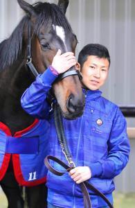 管理馬との撮影に応じた田中博調教師