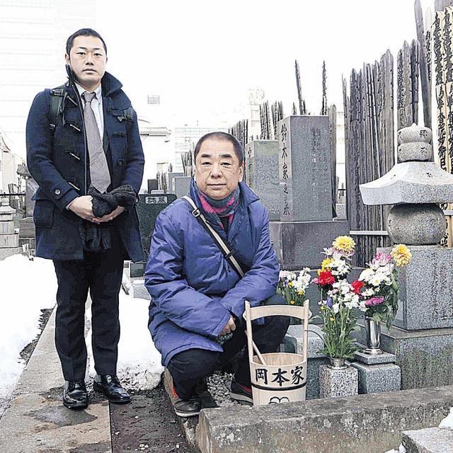 8代目・林家正蔵の三十七回忌の命日にお墓参りした三遊亭好楽(右)と三遊亭好の助