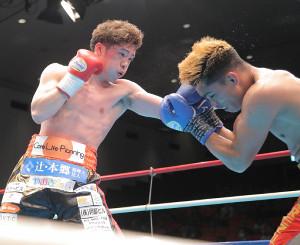 4回、プトンを攻める伊藤(左)