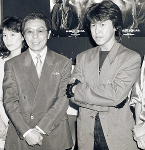 ロック歌手としてデビューステージに立った大野誠さん(右)と父の北島(1988年8月)