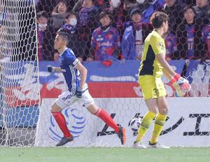 前半4分、横浜M・シノヅカ(左)が先制ゴールを決める(F東京GK・林)