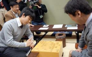 杉本昌隆七段(右)と感想戦を行う藤井聡太六段
