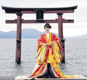 新曲の舞台・琵琶湖を望む神社を訪れ、十二単姿でヒット祈願した丘みどり