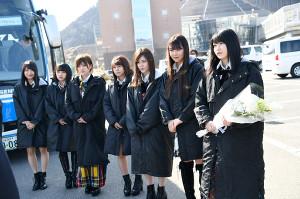 被災地を訪れた横山由依(右端)らAKB48グループのメンバー
