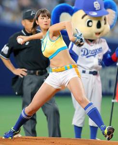 プロ野球でも始球式で人気の稲村亜美(写真は昨年5月の中日戦)