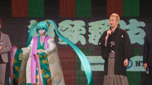 ステージで初音ミクとの「ツーショット」を披露した中村獅童