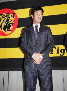 西武・岡本とのトレードが成立し、会見する榎田
