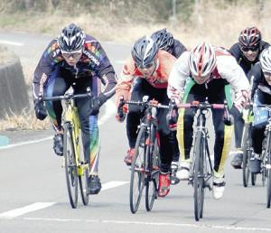 学校そばの公道で練習する選手たち(左から長田、渡辺、阿部)