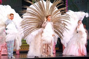 パレードで手を振る(左から)芹香斗亜、新トップスター・真風涼帆、新トップ娘役・星風まどか