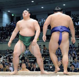 大翔鵬(右)に引き落としで敗れた貴公俊(カメラ・能登谷 博明)
