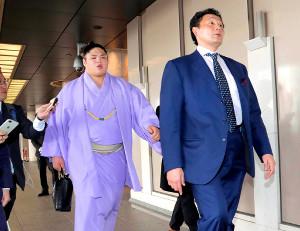 協会危機管理委員会の事情聴取を終え、会場のホテルを出る貴公俊(左)と貴乃花親方